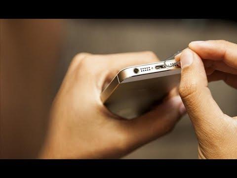 видео: apple iphone 5 se - не заряжается, чистка разъема от грязи.