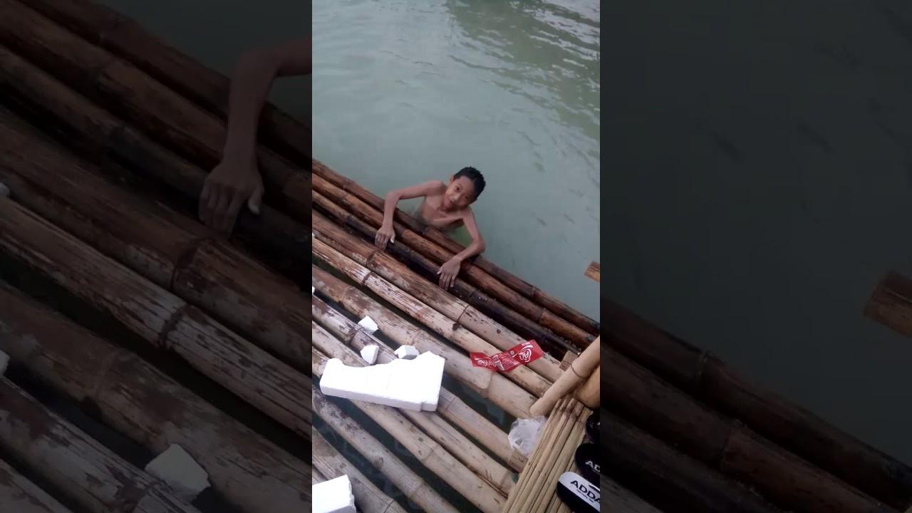 เมื่อเด็กน้อยเล่นน้ำ