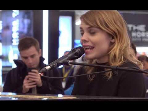 Coeur de pirate''Oublie moi''Live 2017 -11 Nov. - Aéroport de Montréal