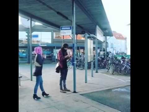 Ottetusinde Oliver Og Yasamin På århus Rutebilstation Youtube