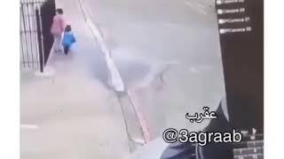 اطفال يجربون حركة كارتيه مع امهم
