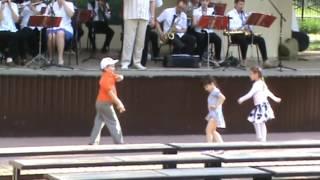 ДЕТИ танцуют под оркестр  Детские танцы под живую музыку