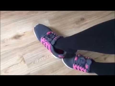 Patricia präsentiert blau-pinke Adidas mit schwarzen Kniestrümpfen thumbnail