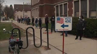 威斯康辛州选民冒着感染病毒风险前来投票