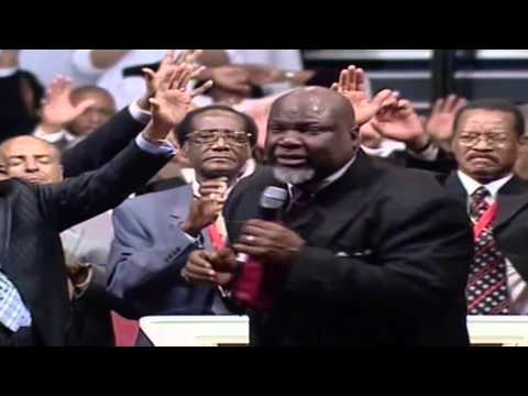 Bishop Jakes Laying Hands On People Praise Break COGIC Holy Convocation 2008!