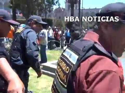 EXTRANJERA SE DESNUDA EN PLAZA DE ARMAS DE AREQUIPA - HBA NOTICIAS AREQUIPA PERU 2012