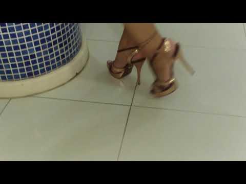 Me exibindo de sandalia anabela e jeans justo - 1 part 5