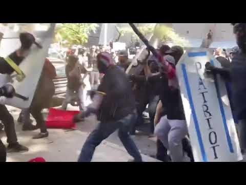 Fascistas y antifascistas se enfrentan en Portland ante la policía