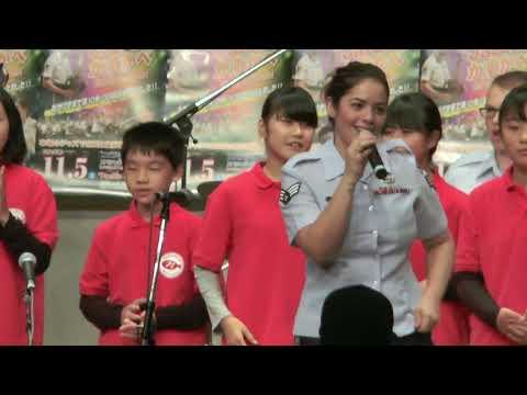 アメリカ空軍太平洋音楽隊アジア ステージ演奏におけるハプニング映像-アンコール曲で「立って下さい!」と総立ちになり、全く見えなくなったステージに 世界に1つだけの花 SMAP