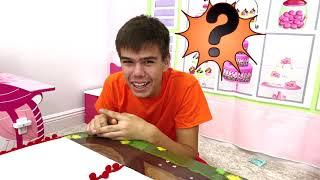 Nastya và Artem chơi trong một người bán đồ chơi đồ ngọt