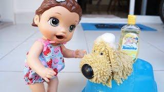 Hoje a Baby Alive Juju vai dar banho no cachorrinho sujo que a mamã...