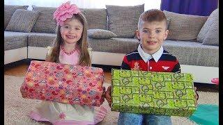 Ринат Доминика и Ричард распаковывают подарки