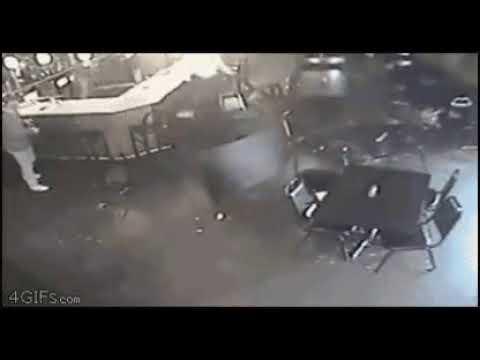 Notícias urgentes , torcedor do São Paulo quebra cadeiras em um bar !!! (Zueira) sem ofensas