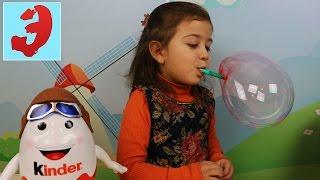 Подарок на НОВЫЙ ГОД Эмилюше от Киндер сюрприза. Веселое видео с цветными пузырями для детей