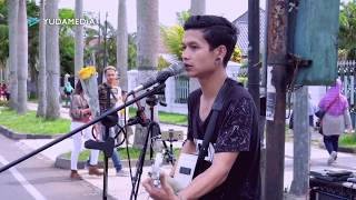Download Fana Merah Jambu - Fourtwnty (cover sabian nanda musisi jalanan berkelas) Mp3