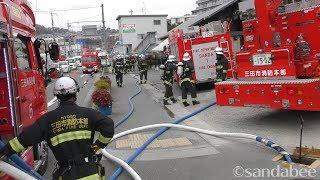 レッドアーマー緊急走行!三田市火災通報現場に出動した消防隊。The new type fire truck which has dispatched to the fire site.