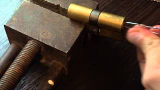 Как открыть цилиндровый замок при помощи скрепок(В данном видео я применял 2 скрепки разной толщины, одна более толстая (большая скрепка) и вторая самая станд..., 2014-11-12T21:56:51.000Z)