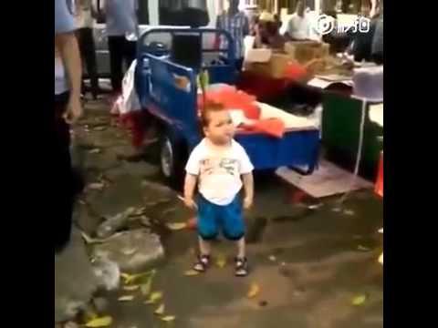 طفل صيني صغير يدافع عن امه بشراسة