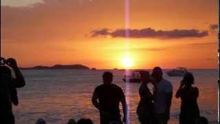 Borracha y desnudos en Cafe del Mar de Ibiza. Puesta de sol.