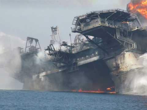 Hundimiento Plataforma Petrolera-Golfo de México.wmv