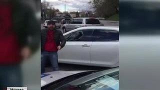 Водитель разбил стекла своей машины на просьбу сотрудников ГИБДД снять тонировку(Быстро растонировать свою машину можно не только в специализированном автосервисе. В этом лично убедились..., 2015-11-05T13:08:38.000Z)