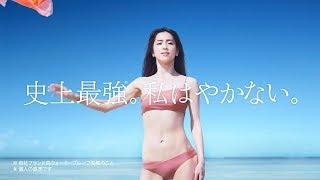 """中村アンが夏空の下、ワンショルダーの水着姿で鍛え抜かれた完璧な""""美ボ..."""