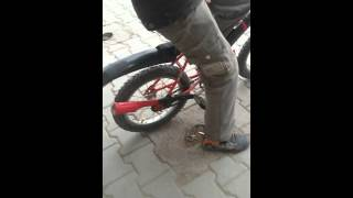 Bisiklete egsoz takan çocuk