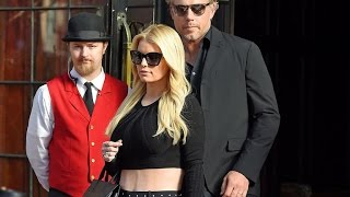 Jessica Simpson Flaunts Abs in Tiny Crop Top!