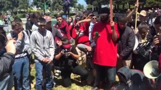 بالفيديو.. حرق العلم الأمريكي يثير الجدل.. الشباب يحرقونه انتقادا لمعاملة السود والأقليات.. والشرطة تعتقلهم بدعوى حمايتهم