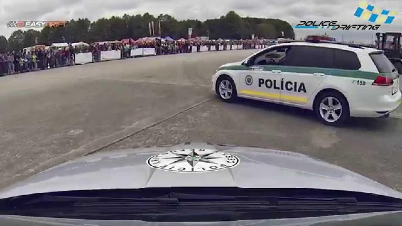 Radiowozy policji w kontrolowanym poślizgu
