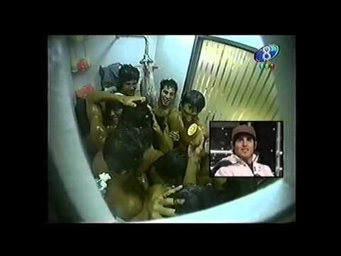 Bañándose todos juntos en la ducha. Gran Hermano 4 (2007).
