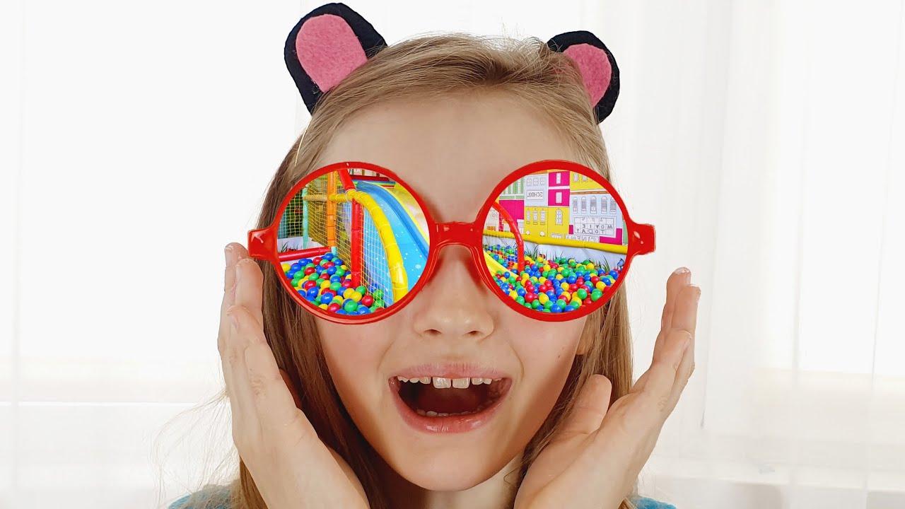 Полина играет с волшебными очками