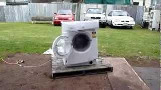 Destruindo a maquina de lavar roupa