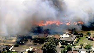 حرائق غابات تدمر المباني والطرق في أستراليا