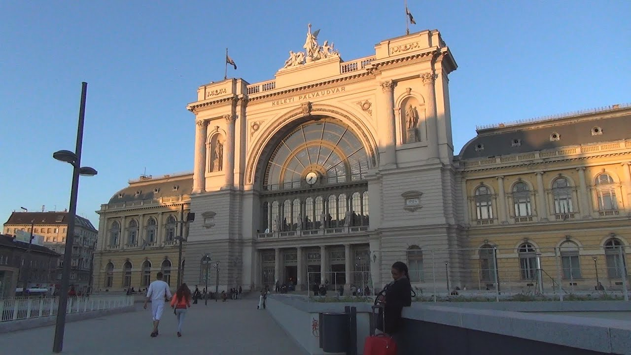 budapest keleti railway station keleti p lyaudvar in the evening youtube. Black Bedroom Furniture Sets. Home Design Ideas