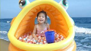 어디서 킨더조이를 먹는거야?ㅋ 서은이의 물고기 튜브 킨더조이 장난감 초콜렛 먹방 거실에서 놀기 Fish Pool Kinderjoy