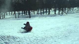 Экстремальный спуск мальчика на санях с прыжком