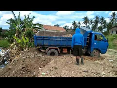 Mobil Dump Truck Jomplangan Amblas Ban Belakang