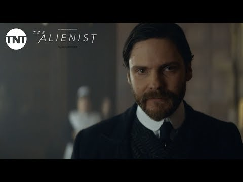 The Alienist: Daniel Brühl duces Laszlo Kreizler  Series Premiere January 22, 2018 BTS  TNT