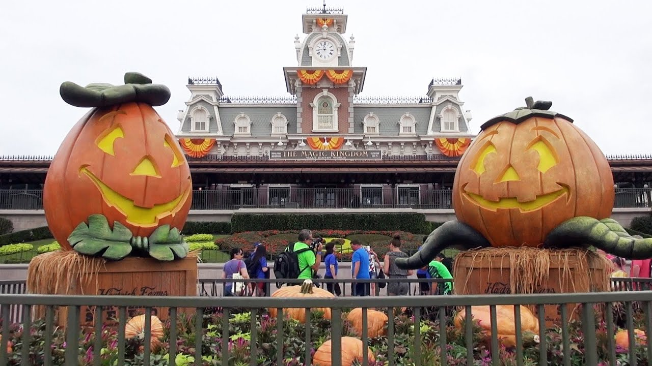 halloween decorations at the magic kingdom 2016 walt disney world w pumpkins scarecrows donald youtube