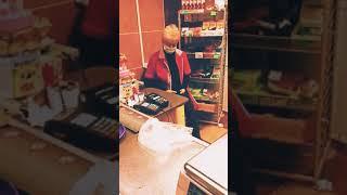 Однажды в России И смех и грех продавщица уделалась продукцией магазина в Хлам