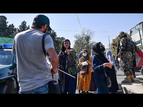 شاهد: نساء يتحدين طالبان وعناصر الحركة يعتدون على صحافيين في كابول  - نشر قبل 3 ساعة