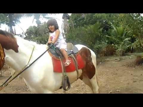Clarinha andando a cavalo sozinha (2 aninhos)