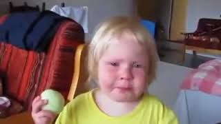 Kid eats raw onion like it was an apple😂