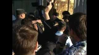 ПРИСТАВ применил электрошокер в лежащего Ромадановского(, 2013-06-15T15:09:20.000Z)