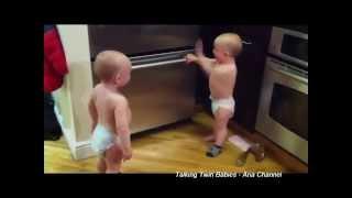 Download Video Tingkah Lucu Bayi Saat Bertengkar MP3 3GP MP4