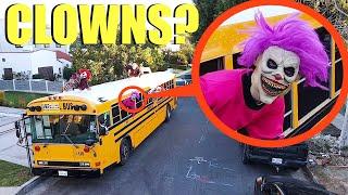 إذا رأيت حافلة المدرسة المهرج هذه مع CLOWNS عليها ، فلا تمر عليها !! ابتعد بسرعة !!