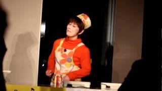 平野レミさん  料理実演でシャンソンを歌う