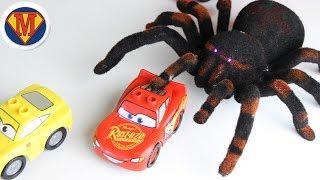 Молния Маквин. Видео для детей. Макс открывает новую игрушку. Паук – Тарантул. Prank SPIDERS ATTACK