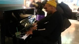 Un aveugle joue du piano en libre service à la Gare Montparnasse